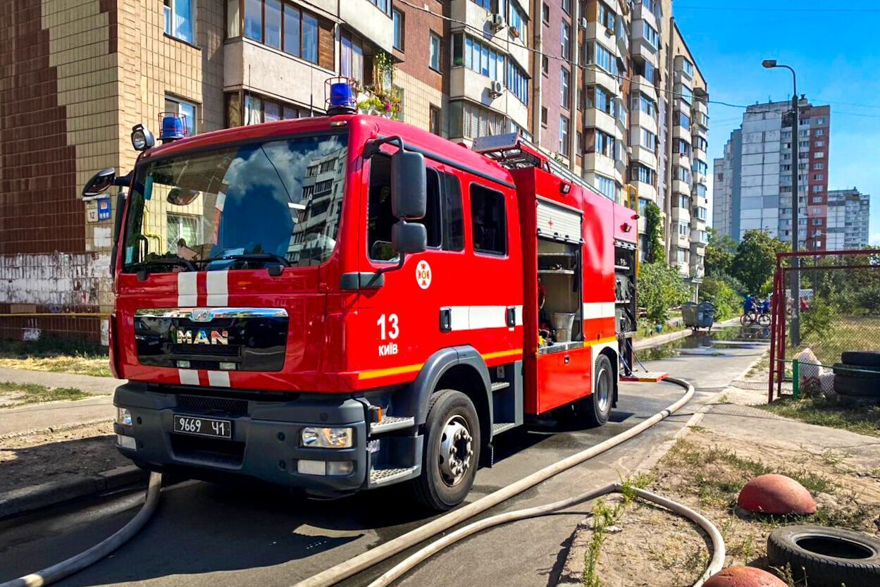 В Киеве возле места пожара мужчина выпрыгнул из окна