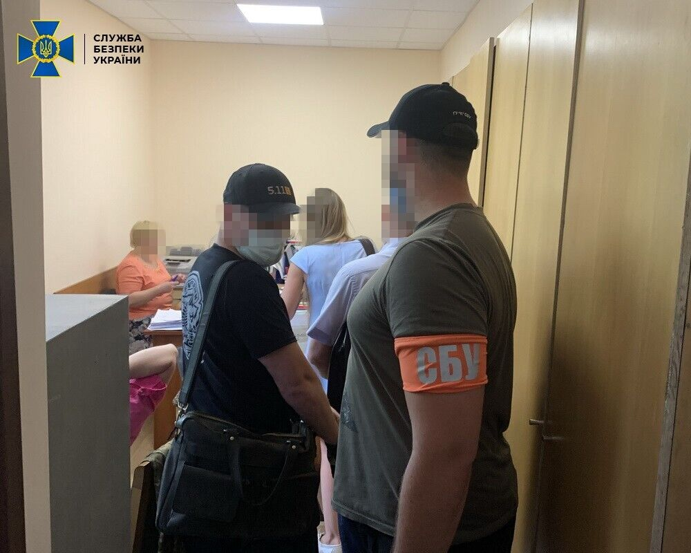 Відбулося 13 обшуків за місцями проживання та служби зловмисників