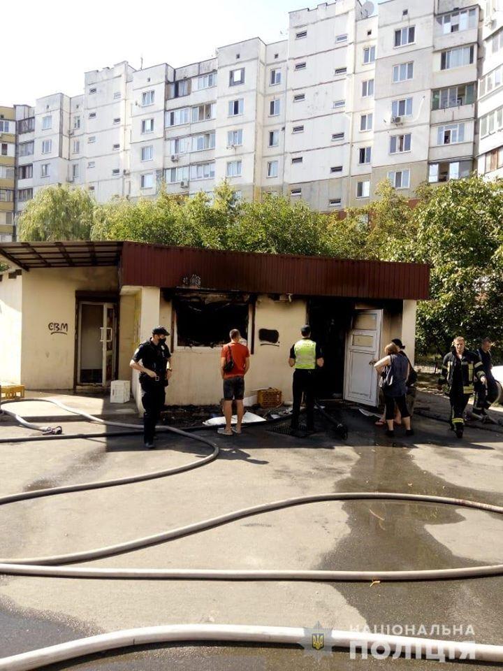 Мужчина поджег магазин в Киеве и спрыгнул с крыши