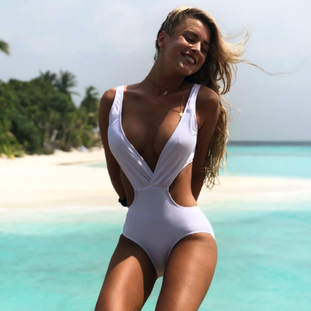 Марина Мунтанер у білому купальнику