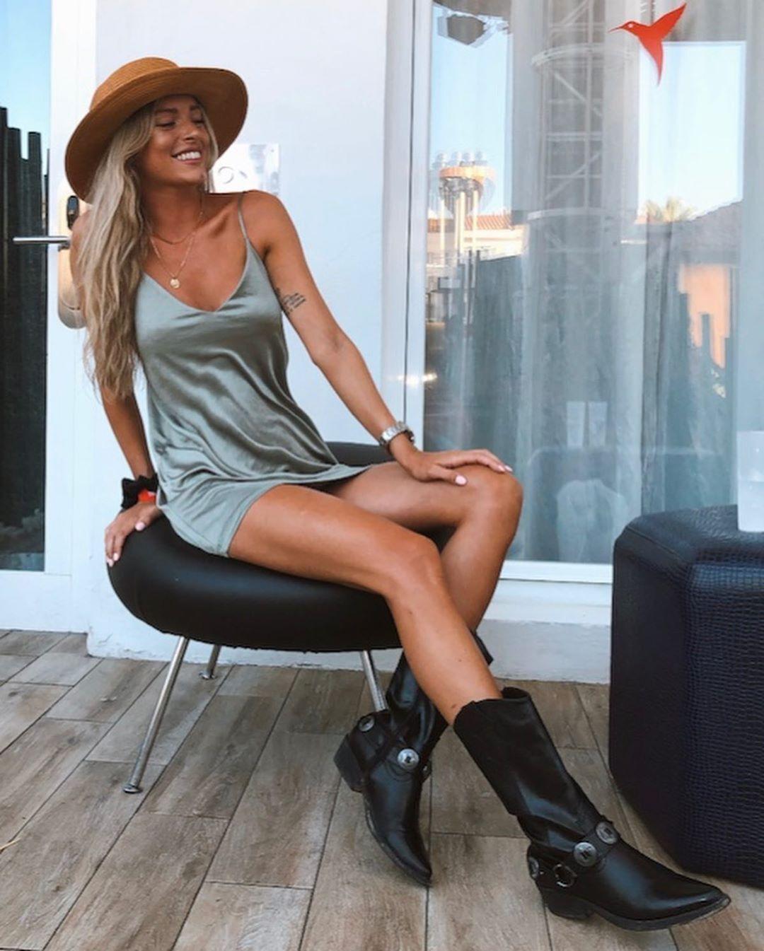 Марина Мунтанер в капелюсі, сірій сукні і чоботях