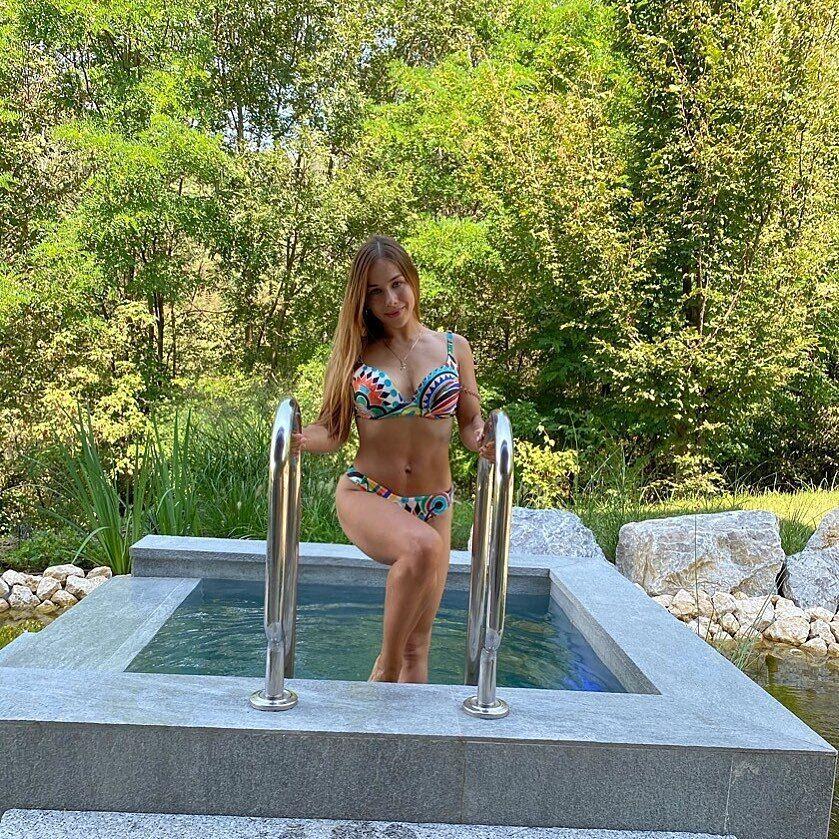 Роксана Малиновская выходит из бассейна