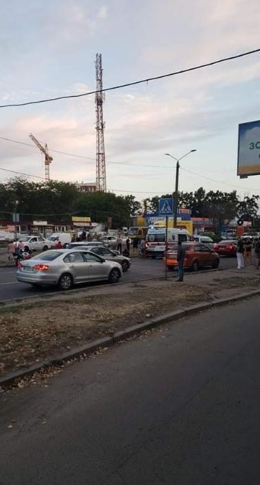 """В Одессе мотоциклист сбил на """"зебре"""" женщину с двумя детьми"""