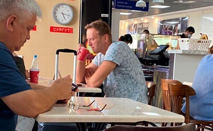 Алексей Навальный пьет чай в аэропорту Томска