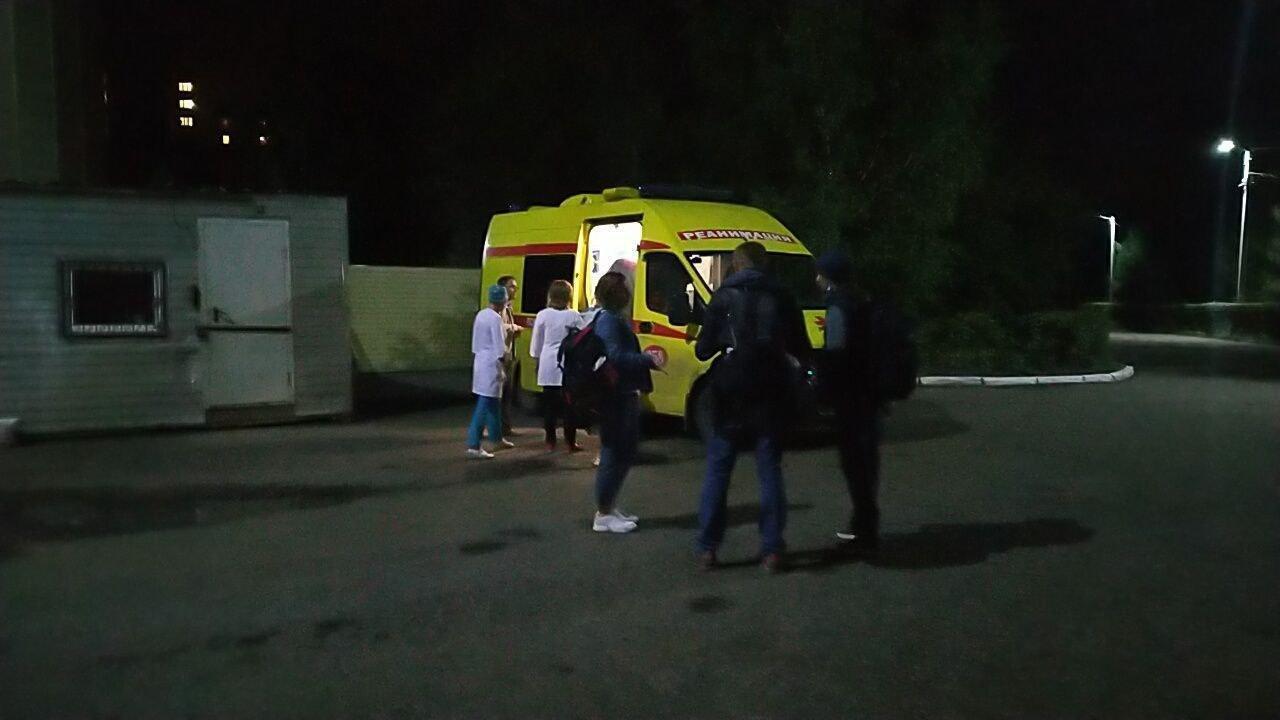 Для транспортування Навального готують автомобіль швидкої допомоги.