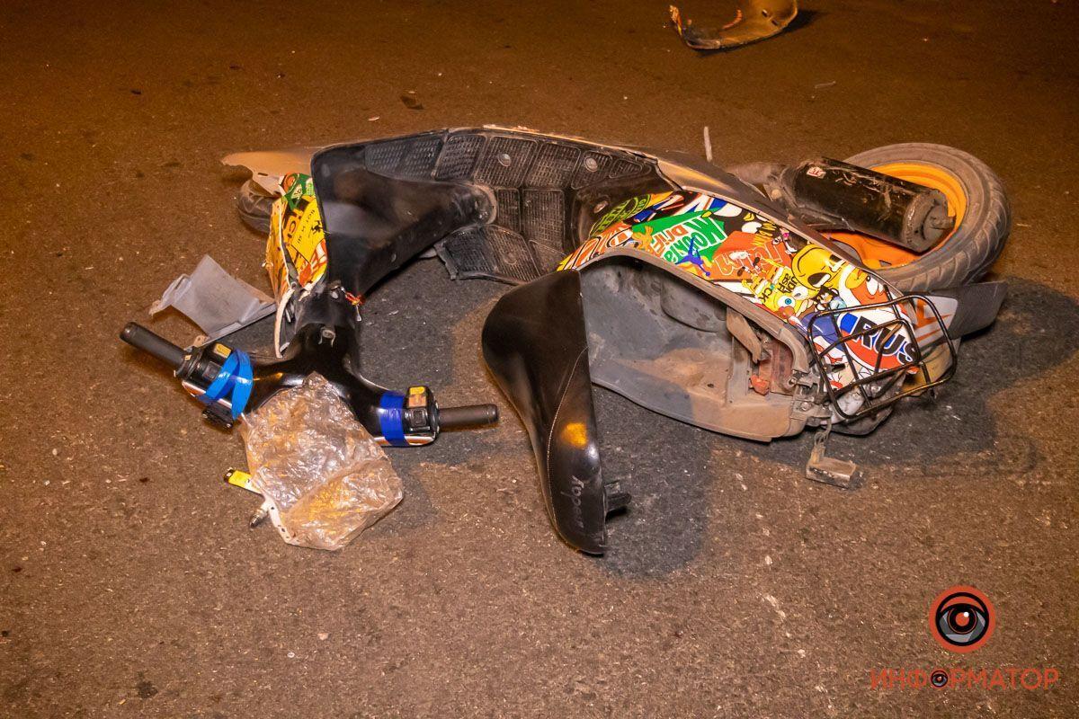 """У Дніпрі неповнолітні підлітки на скутері зіткнулися з авто. Фото """"Інформатор"""""""