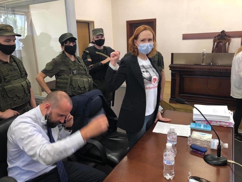 Юлія Кузьменко після суду надягла обручку.