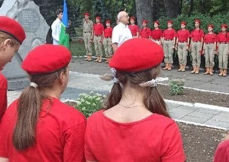 """У заході взяли участь учні """"Свердловської середньої школи №9"""" та курсанти так званого десантно-патріотичного клубу """"Барс"""""""