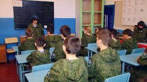 Дітей вчать рукопашному бою, початковій військовій підготовці, стрільбі зі зброї