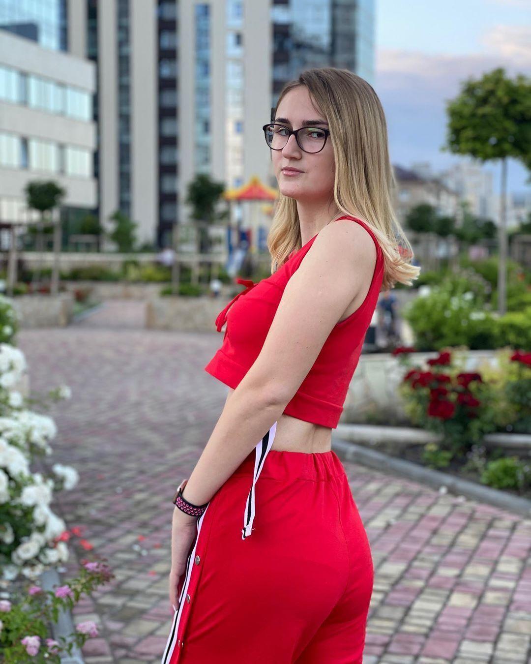 Марія Зобенко в червоній сукні