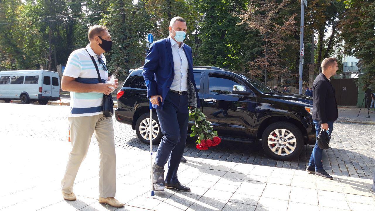 Попрощатися з Борисом Патоном прийшов Віталій Кличко з милицею