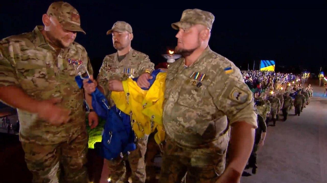 Флаг поднесли украинские защитники.