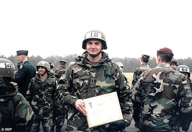 Питер Рафаэль Дзибински Деббинс служил в подразделениях войск химической защиты, а потом в спецназе.