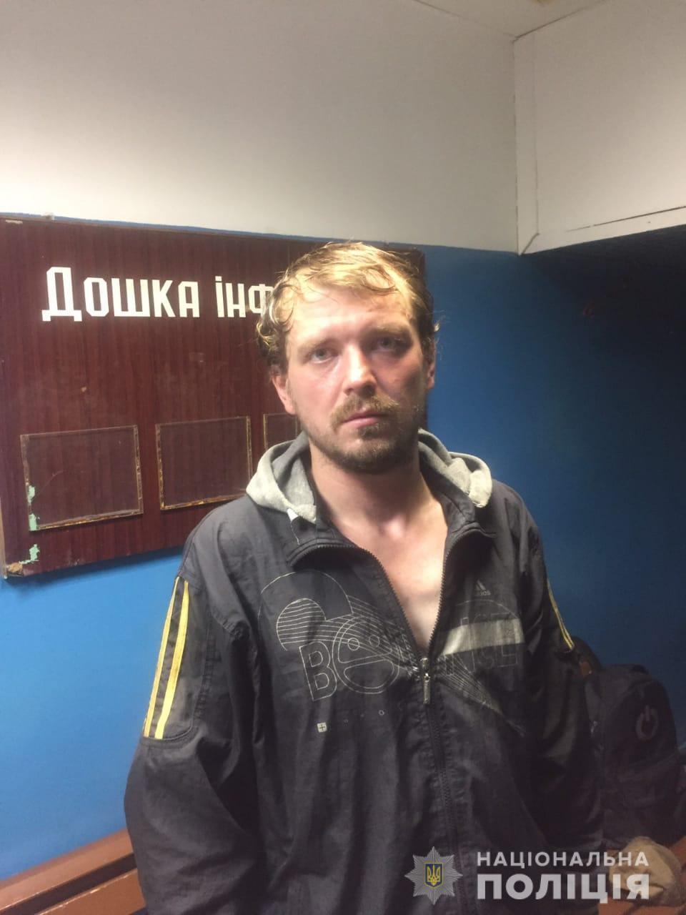 """На станції метро """"Майдан Незалежності"""" поліція звернула увагу на чоловіка, який дивно поводився"""