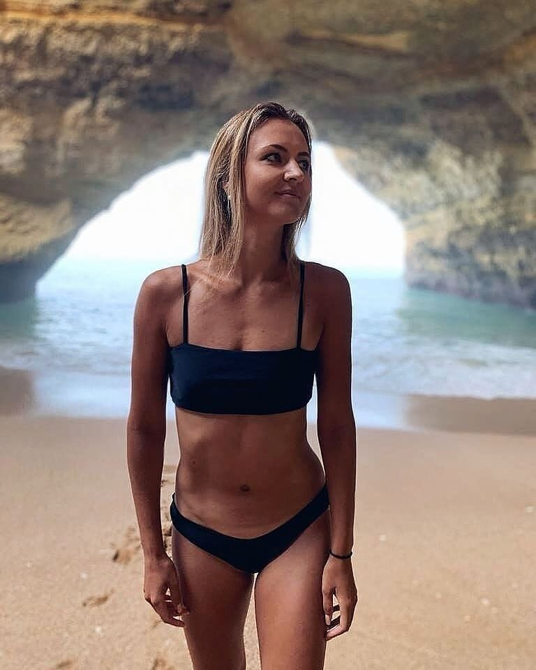 Марина Заневська в чорному купальнику
