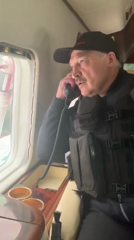 Лукашенко общается с пилотом.