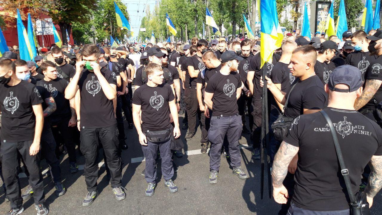 Колона учасників Маршу захисників в Києві.