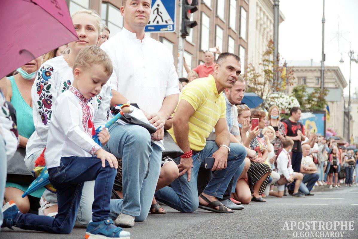 Люди на колінах вітали захисників України