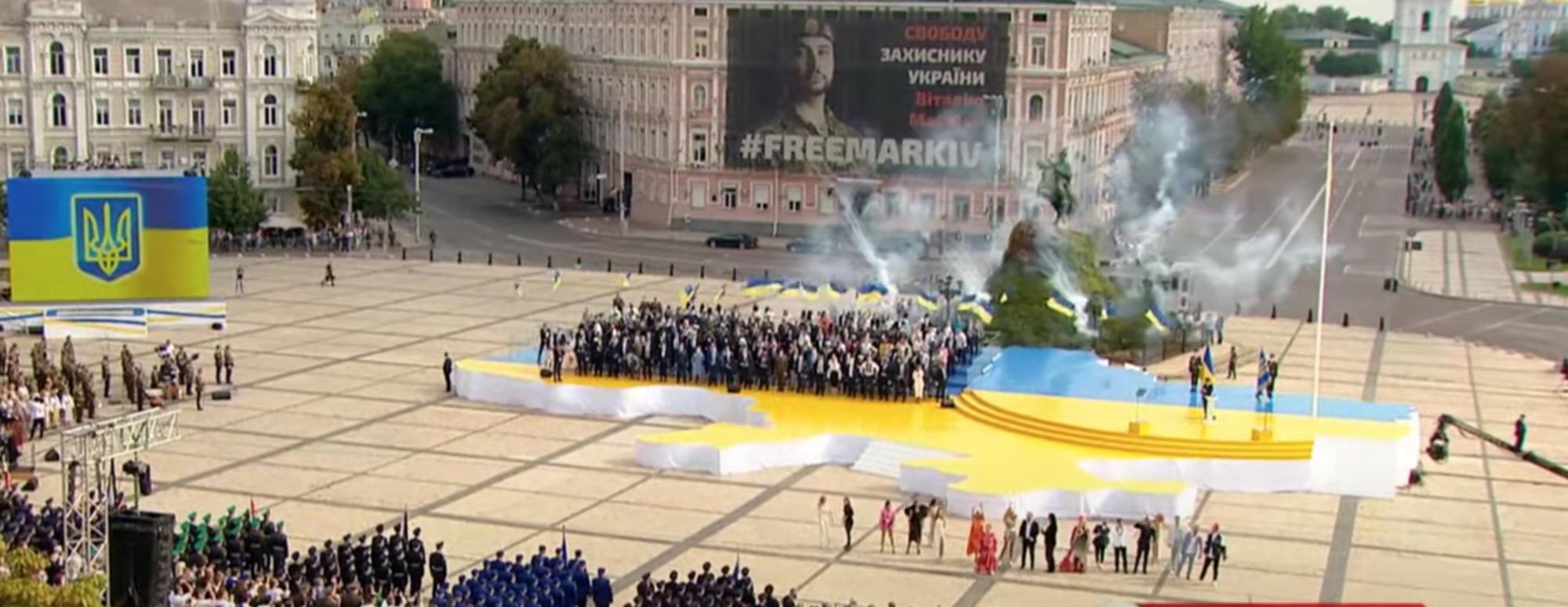 Зірки виконали знамениті українські треки в центрі Києва