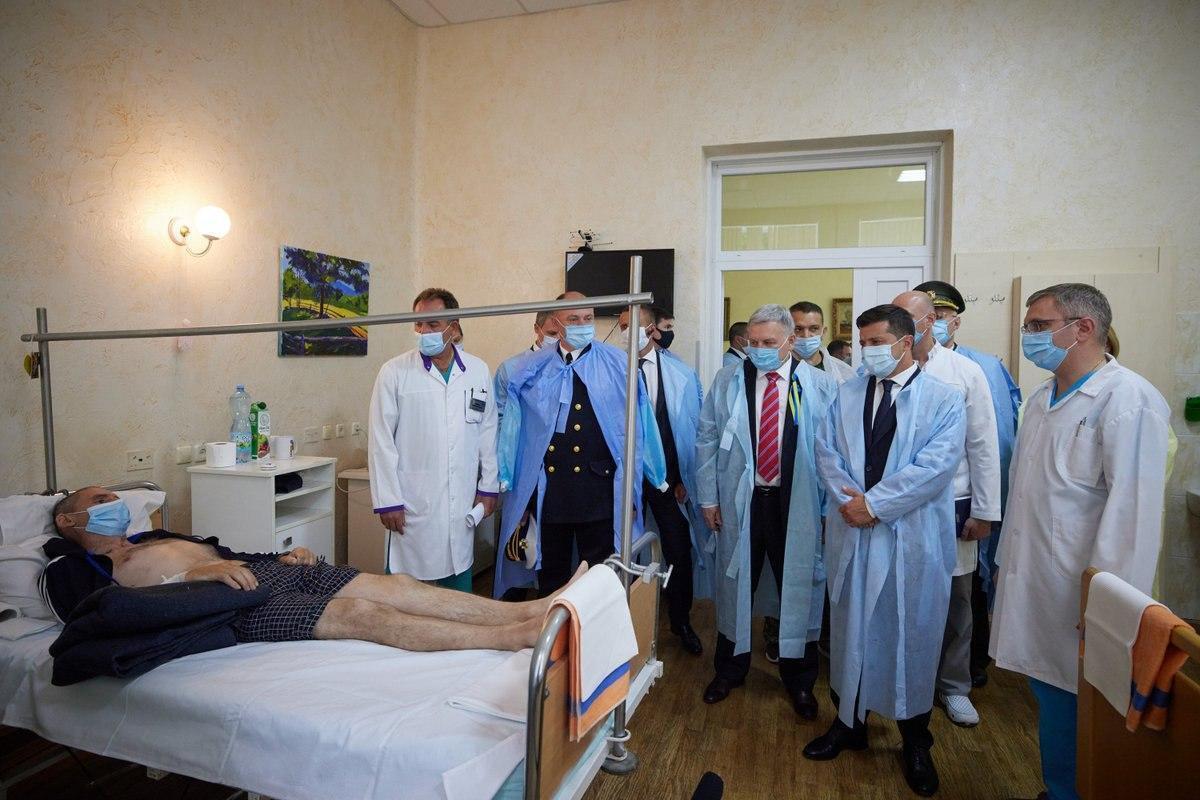 Зеленский посетил раненых бойцов в госпитале