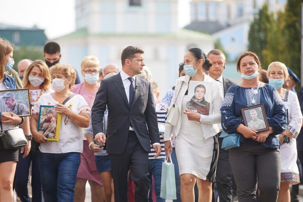 Зеленский с женой возложили цветы к Стене памяти у Михайловского собора