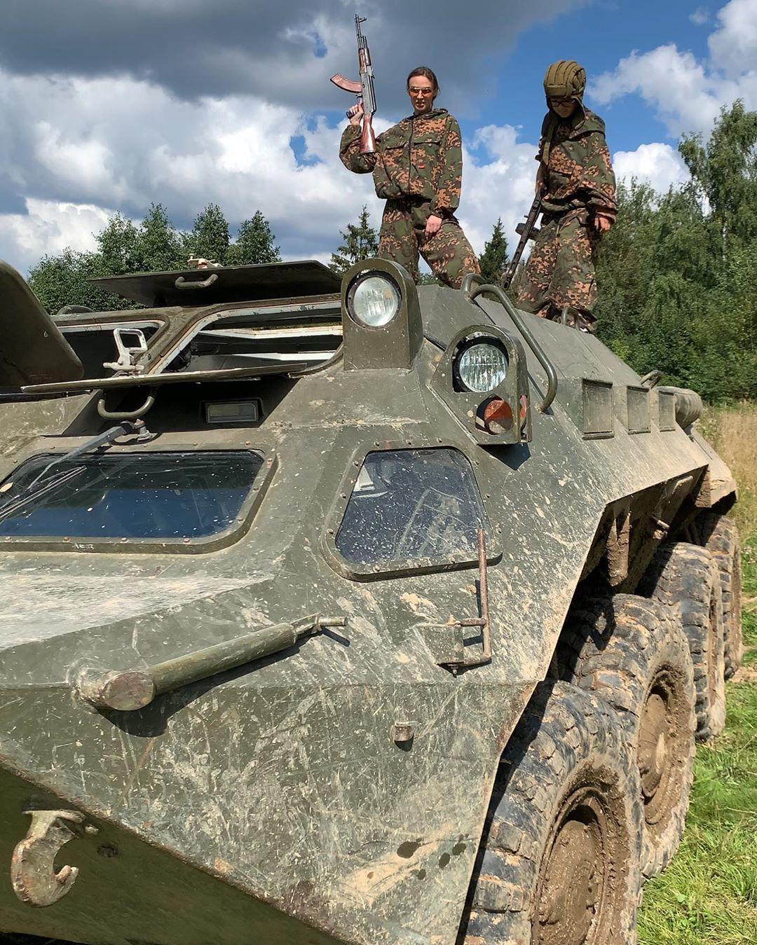 Водонаева взяла в руки автомат и высмеяла Лукашенко с сыном (Instagram Алены Водонаевой)