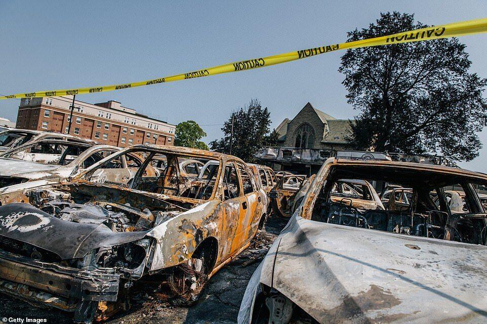 Люди підпалили автомобілі