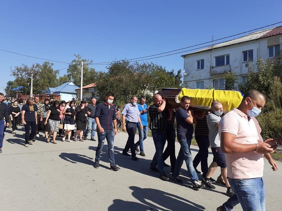 Траурна процесія на вулиці рідного села Рудика