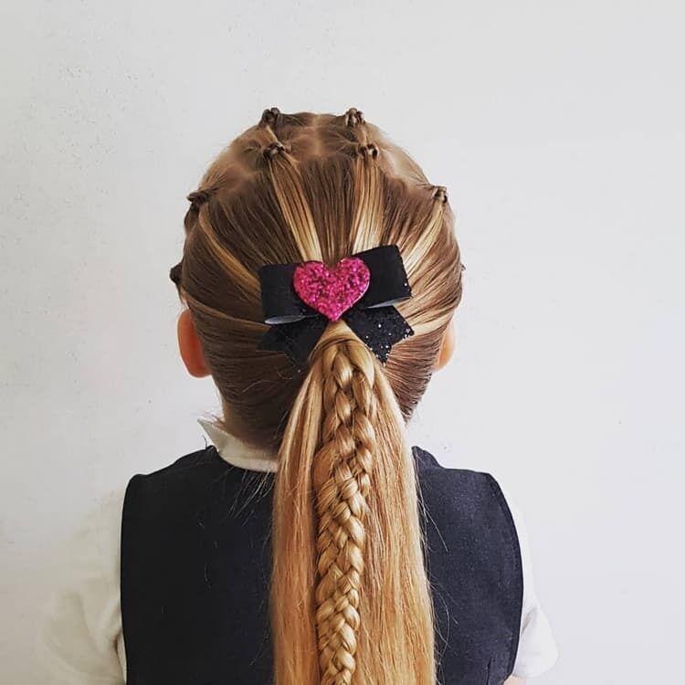 Красивая прическа на 1 сентября на длинные волосы с бантом