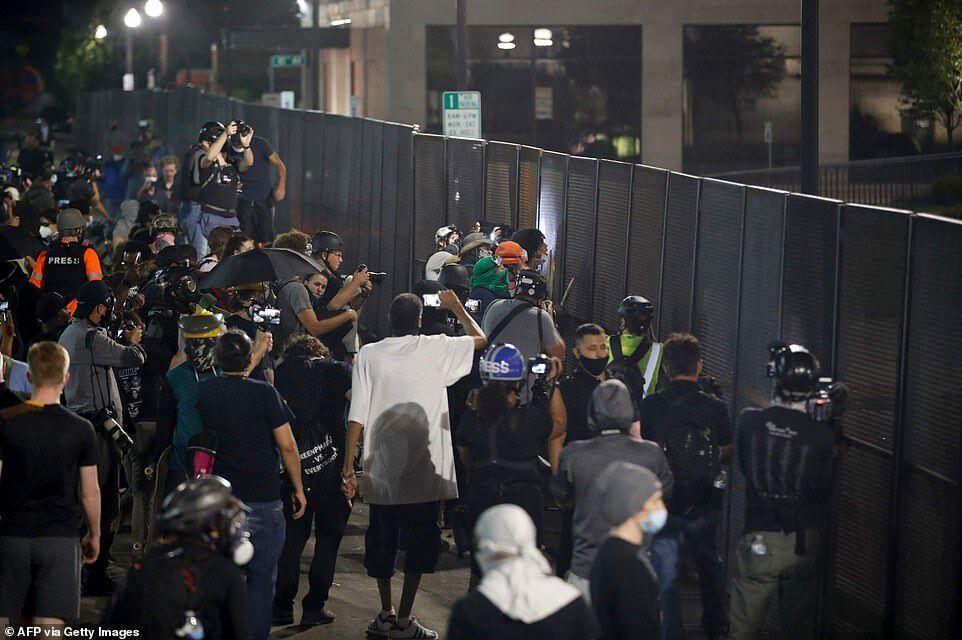 Протестующие нарушили комендантский час и собрались у здания окружного суда вечером 26 августа, столкнувшись с полицией