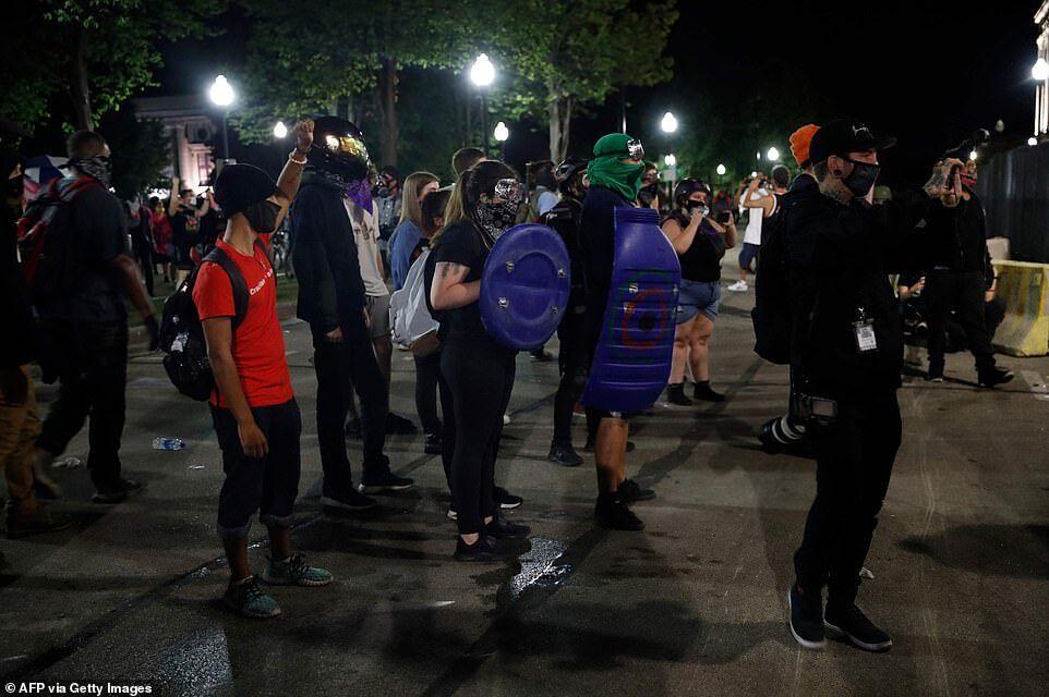 Активисты пришли на протест, вооруженные самодельным защитным снаряжением