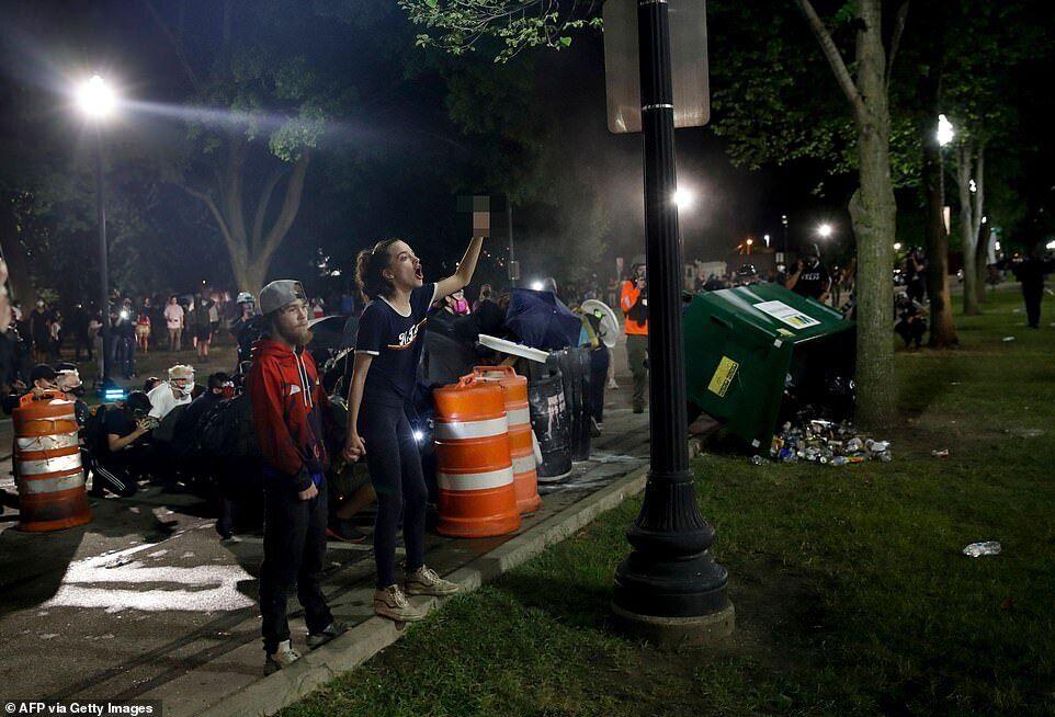 Женщина криками пыталась отпугивать полицейских во время акции протеста у здания суда