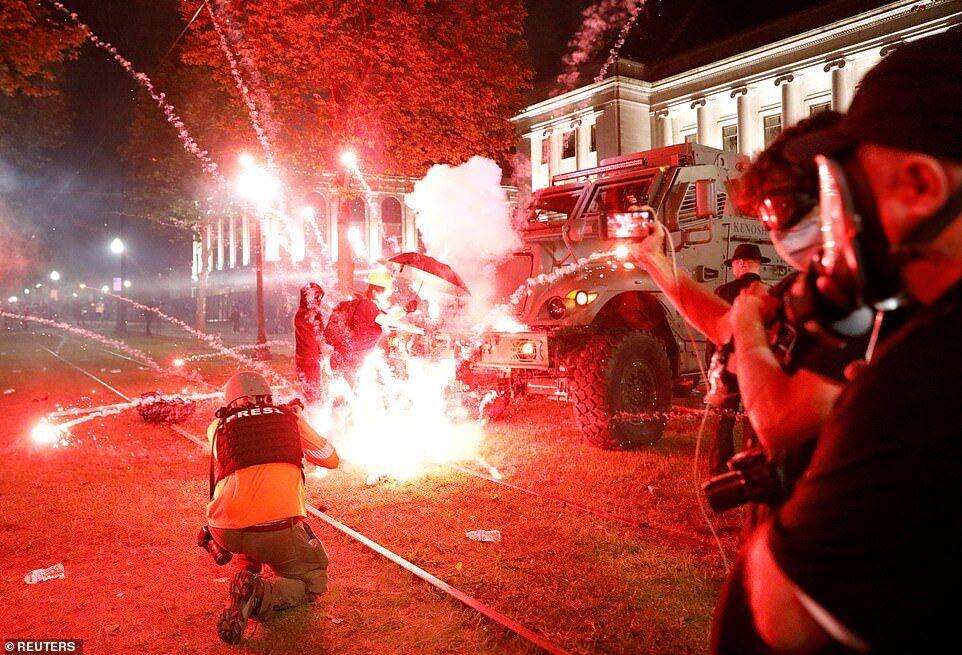 """Взрыв после того, как активист толкнул бронированный автомобиль силовиков, которые """"расчищали"""" толпу протестующих в парке"""