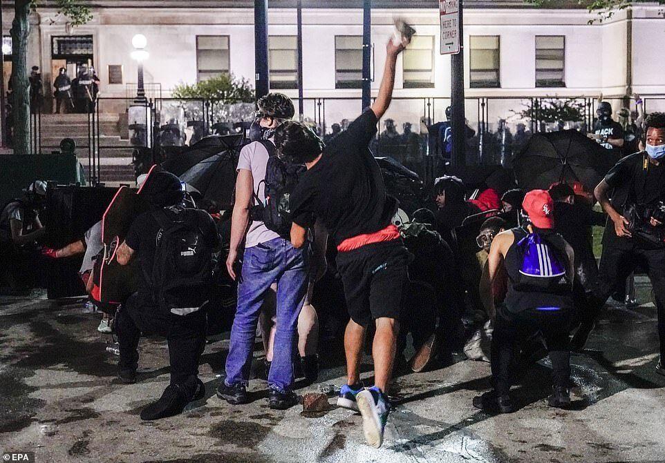 Протестующие бросали бутылки с водой, кирпичи, петарды и другие предметы в копов, когда они стреляли резиновыми пулями и пускали слезоточивый газ в сторону толпы