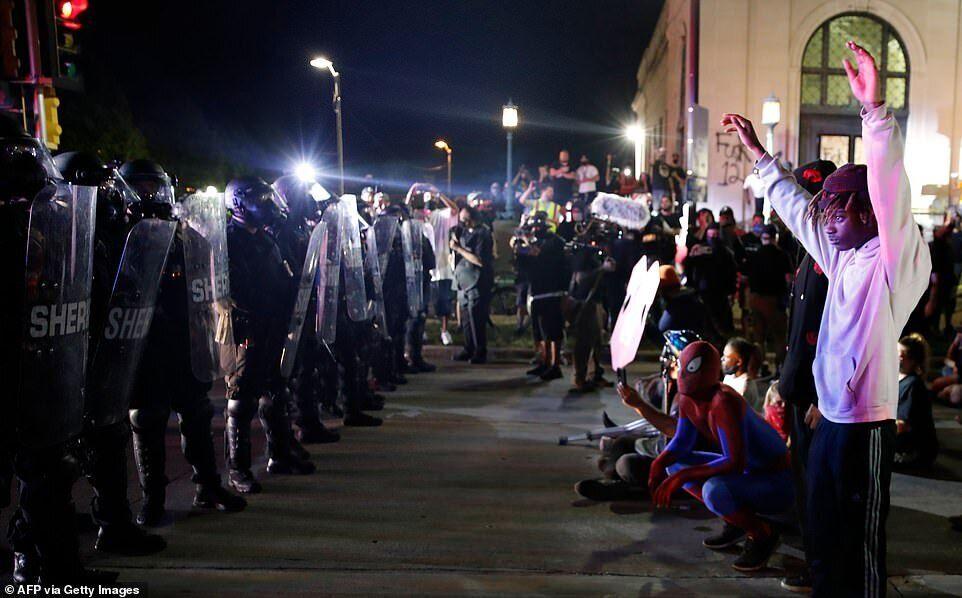"""После объявления протеста незаконным собранием властям удалось вытеснить толпу протестующих из парка в центре города, при этом демонстранты """"рассыпались"""" по улицам"""