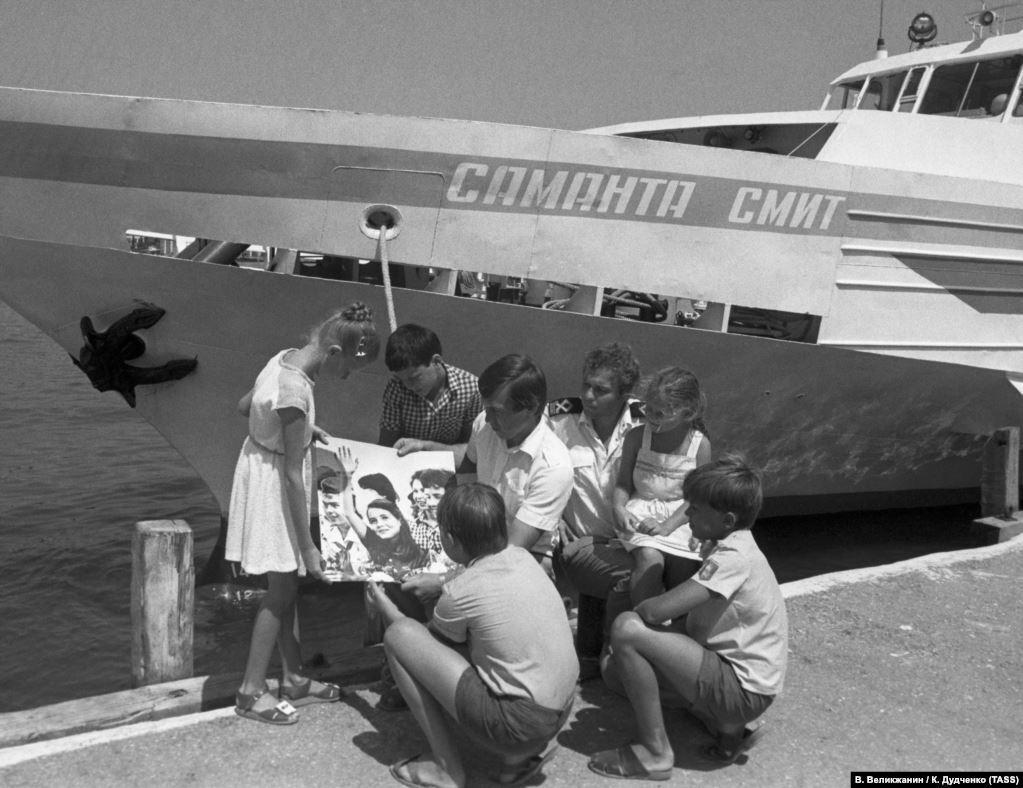 """Через год после гибели Саманты, в 1986-м, в """"Артеке"""" появилась аллея его имени. В Ялте же начал курсировать прогулочный теплоход """"Саманта Смит"""". Правда, его судьба была нерадостной: сначала судно горело, а затем в российском предприятии """"Крымские морские порты"""" решили продать его за ненадобностью"""