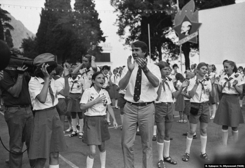 Саманта с отцом, Артуром Смитом, в окружении детей и журналистов