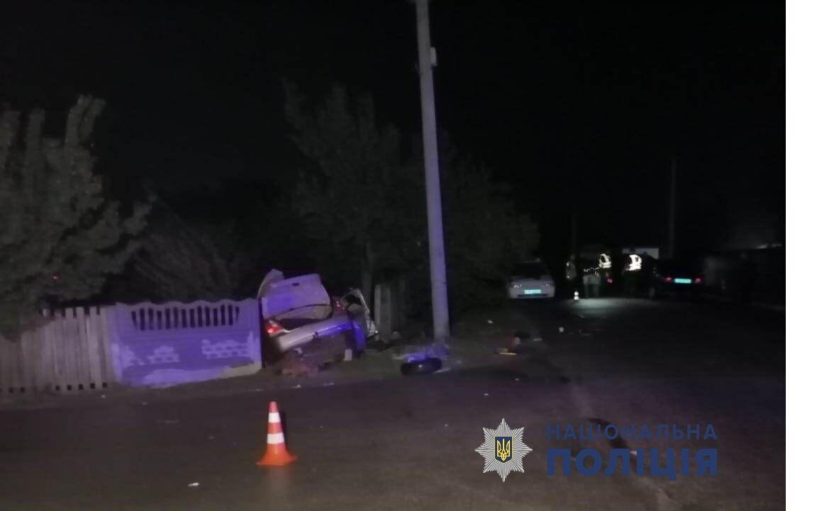 Автомобиль протаранил бетонный забор