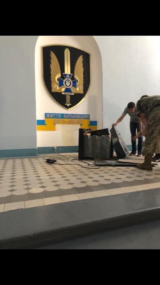 В сети обнародовали новое фото с уничтоженной мемориальной плитой СБУ