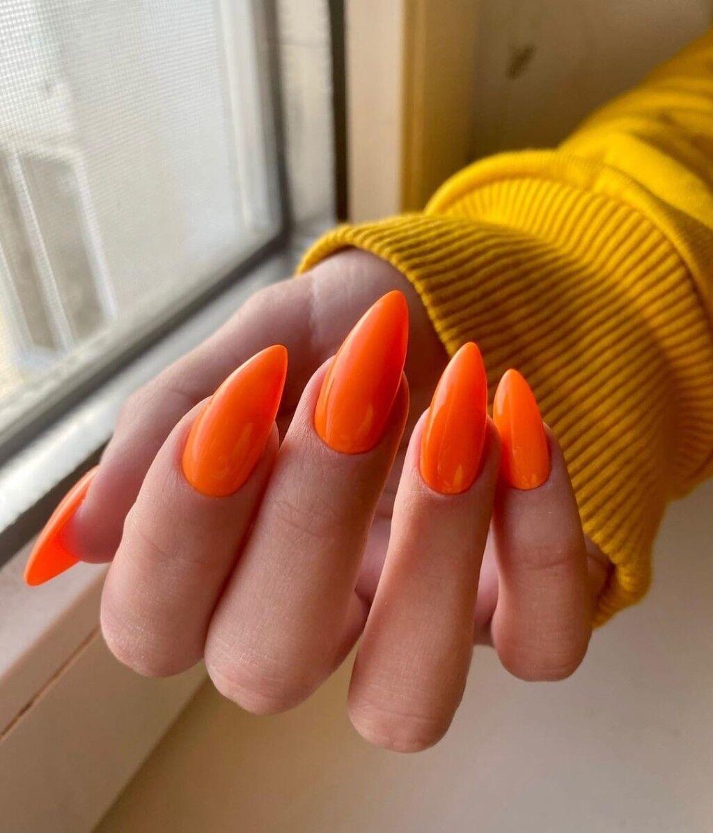 Оранжевый маникюр в тропическом стиле