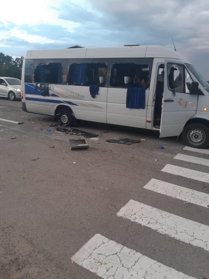 Автобус расстреляли из автоматического оружия
