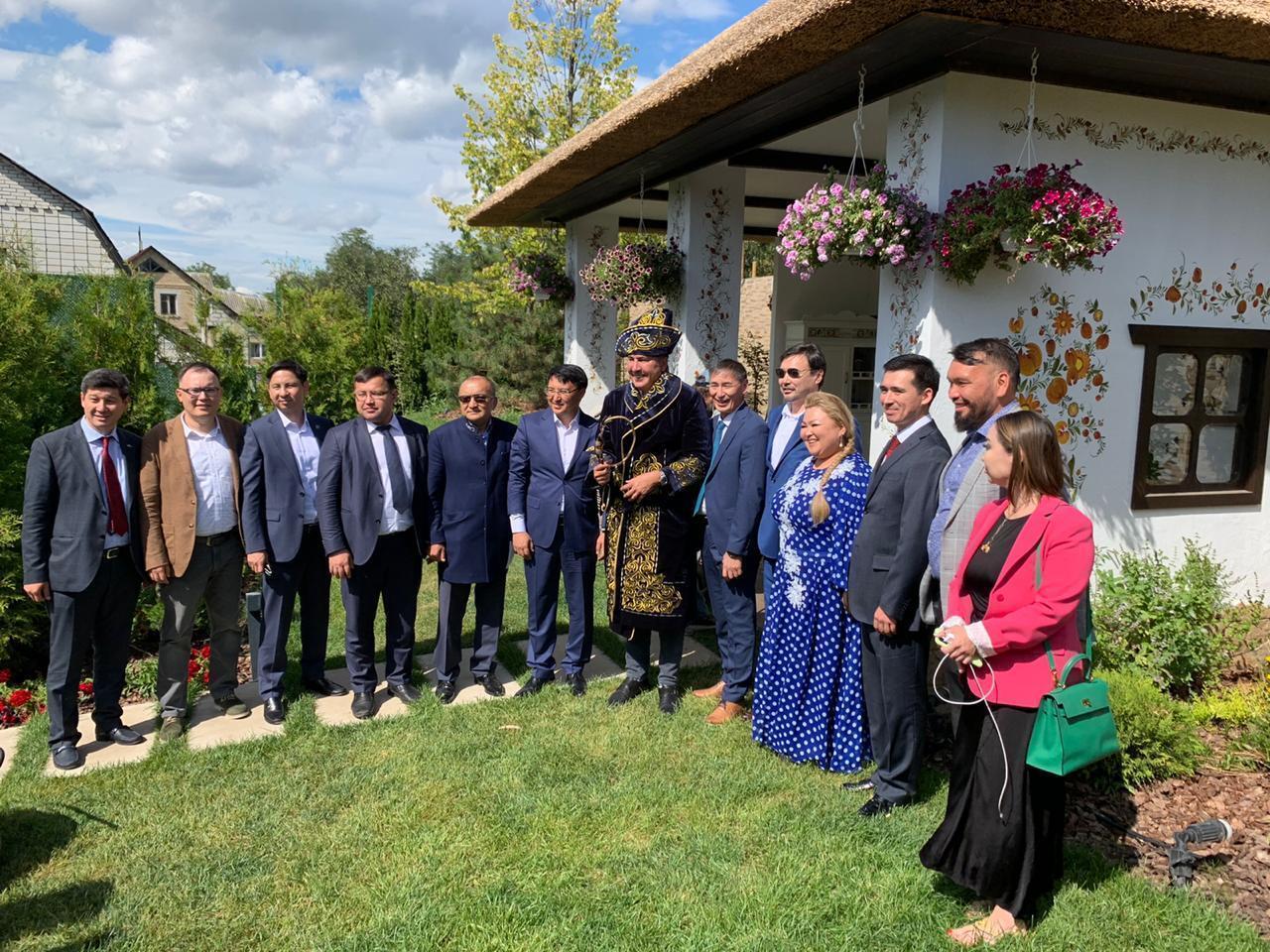 Голові виконкому Нацради реформ подарували казахський одяг і хлист