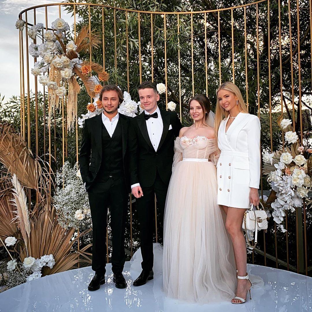 Молодожены с гостями на свадьбе