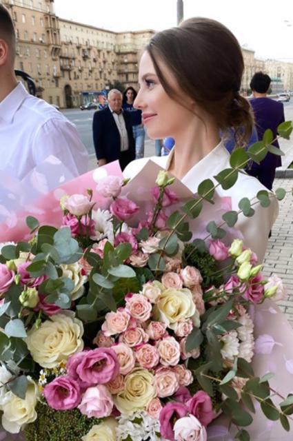 Невеста выбрала сдержанный образ для росписи в ЗАГСе