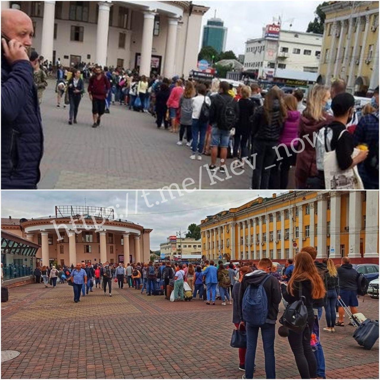 """В Киеве возле метро """"Вокзальная"""" выросла огромная очередь"""