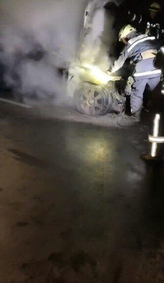 Пожарные тушат машину Гео Лероса.