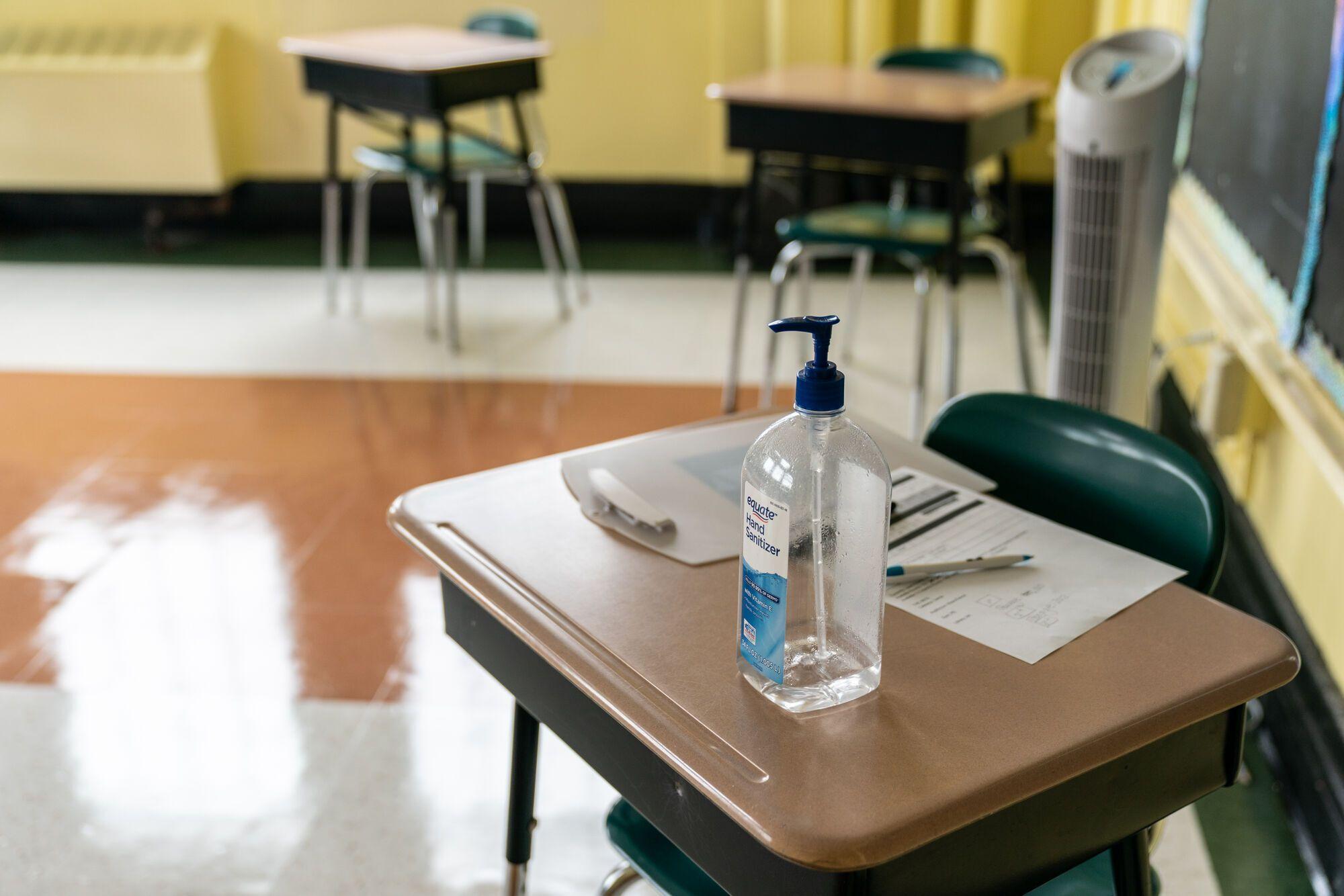 В каждом классе будет находится антисептик