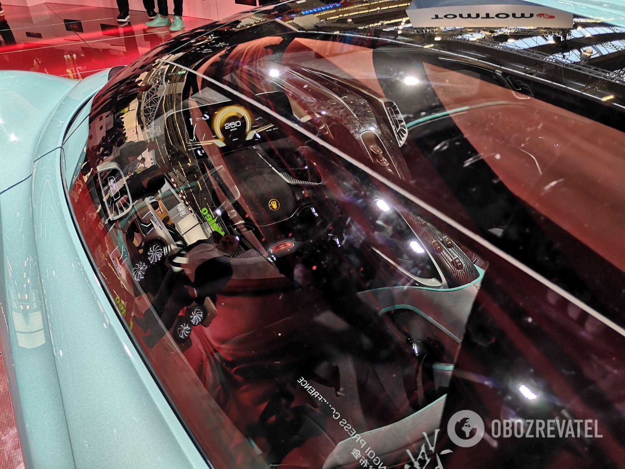 Автомобіль отримав кузов з композитних матеріалів і скляні панелі на даху. Фото:
