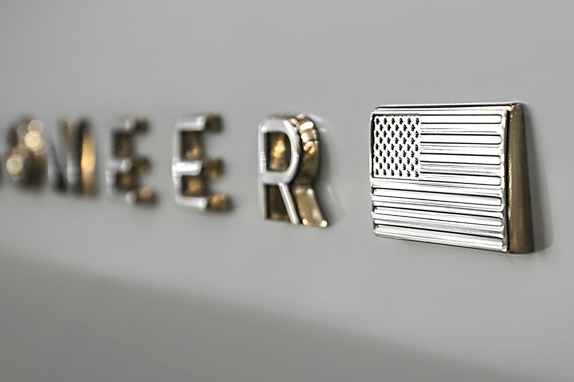 2021 Jeep Wagoneer – логотип с флагом. Фото: