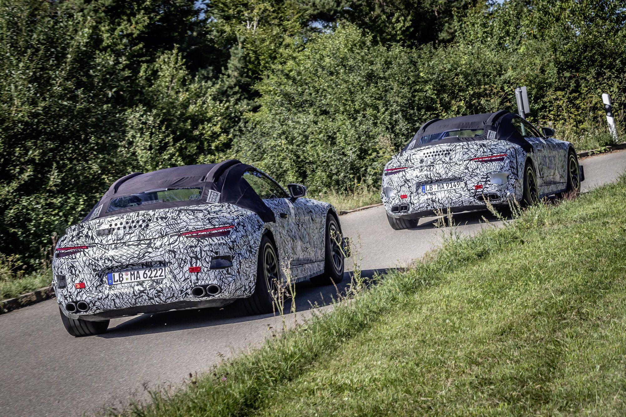 В испытаниях принимают участие две версии Mercedes-Benz SL, отличающиеся патрубками выхлопной системы. Фото: